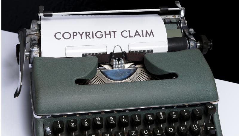 """Eine Schreibmaschine auf der """"Copyright Claim"""" getippt wurde."""