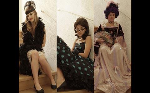 Drei Fotos, die im Hochformat nebeneinander angeordnet sind. Auf jedem Foto ist ein*e Jugendliche*r zu sehen, auf einer Treppe sitzend, ein historisches Kleid im Stil des 18. Jahrhunderts, der 20er Jahre oder der 50er Jahre präsentierend.