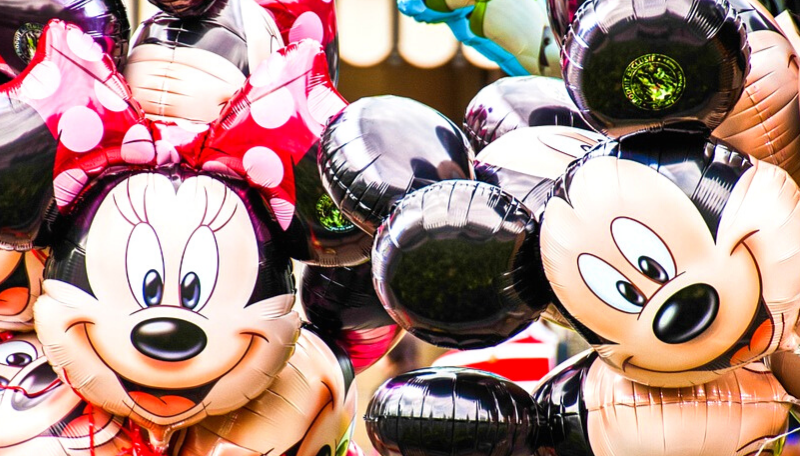 Zwei Folien-Luftballons von Mickey und Minnie Mouse.