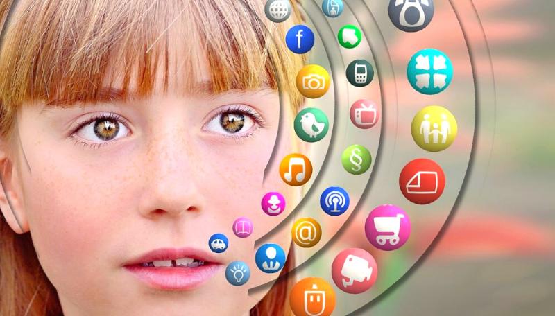 Ein Kind blickt interessiert in die Kamera. Auf der rechten Seite befinden sich viele kleine, bunte Icons mit verschiedenen Symbolen, wie z.B. einem Auto, einer Kamera, einem Einkaufswagen oder dem @-Zeichen.