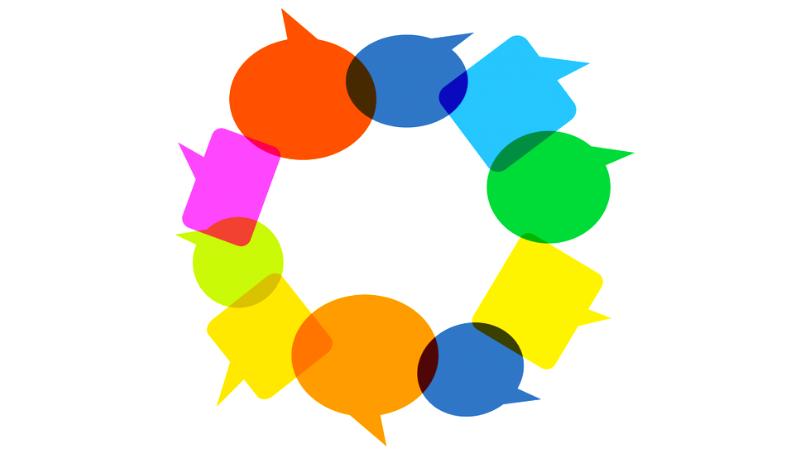 Sprechblasen in bunten Farben sind in einem Kreis angeordnet.