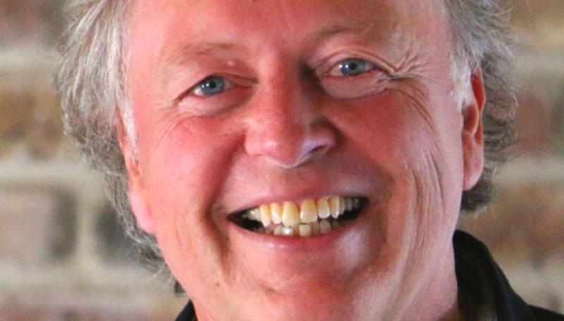 Jürgen Ertelt lacht in die Kamera.