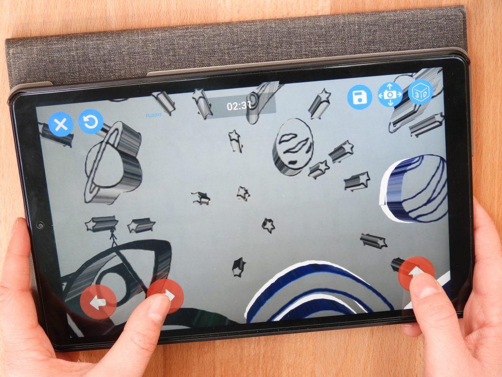 Das Spiel wird auf einem Tablet gespielt.