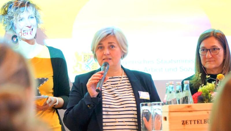 Beatrix Benz spricht in ein Mikrofon.