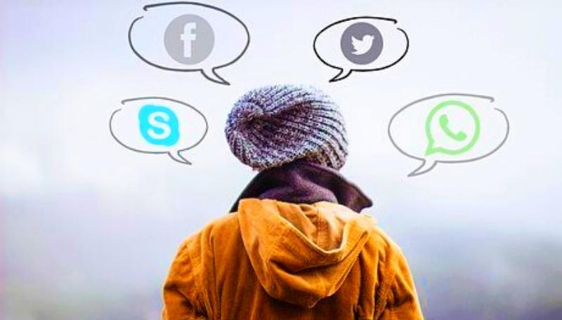 Um eine Person schweben Sprechblasen. In den Sprechblasen sind Zeichen für fecebook, Skype, twitter und WhatsApp.