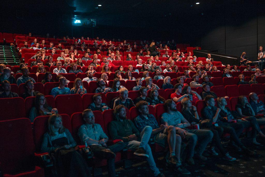 Publikum in einem Kinosaal.