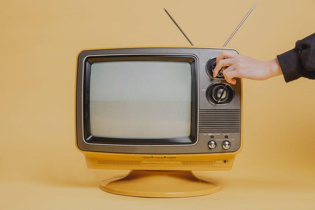 Ein alter Röhrenfernseher wird angeschaltet.