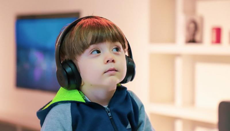 Kind trägt Kopfhörer.