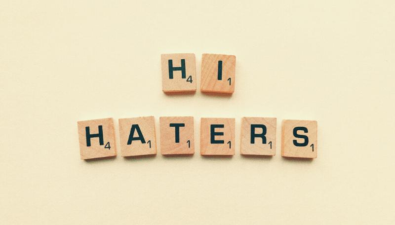 Aus Scrabble-Buchstaben wurde: Hi Haters gelegt.