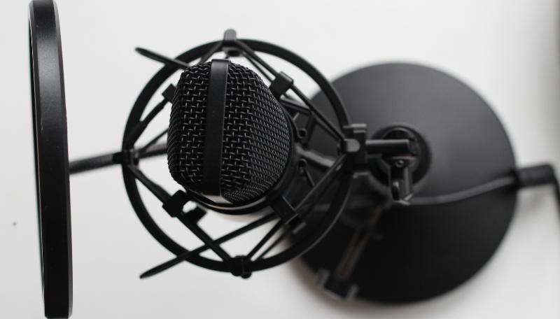 Ein schwarzes Studiomikrofon.