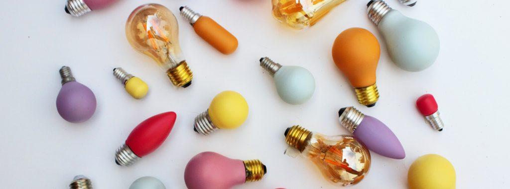 Foto vieler Glühbirnen in unterschiedlichen Farben.