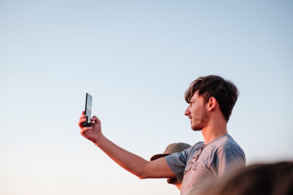 Eine Person macht ein Foto mit ihrem Smartphone