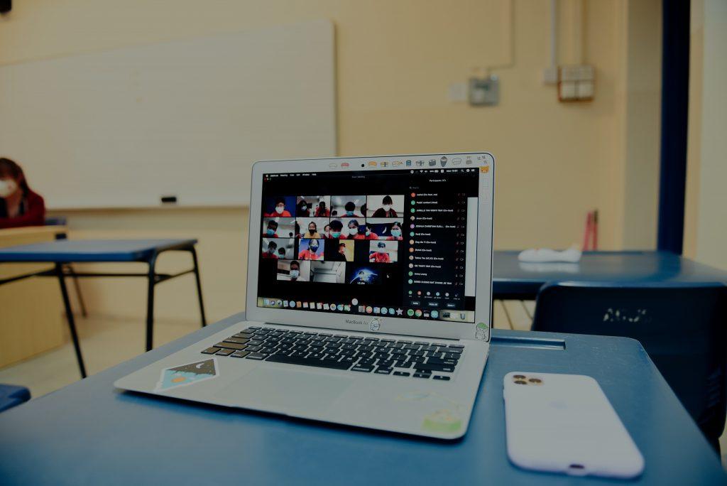 Ein Laptop auf dem ein Online-Meeting läuft.