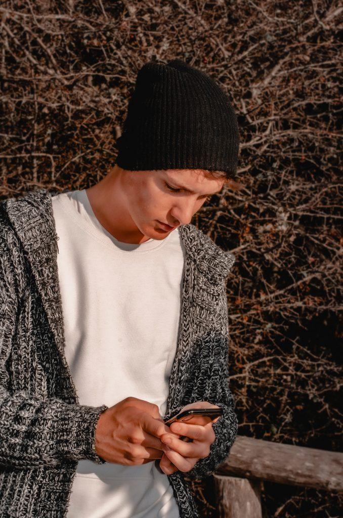 Eine Person blickt auf ein Smartphone