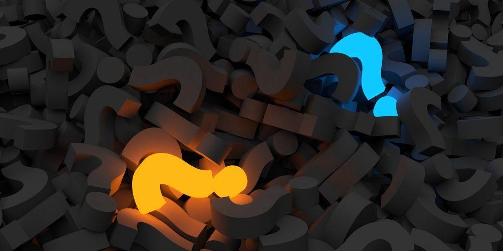 Zwei leuchtende Fragzeichen in den Farben blau und gelb zwischen mehreren dunklen Fragezeichen.