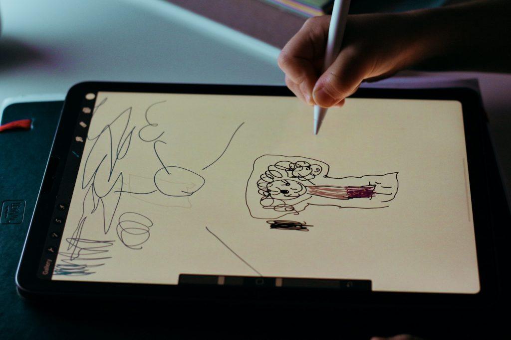 Eine Person zeichnet auf einem Tablet einen Comic.