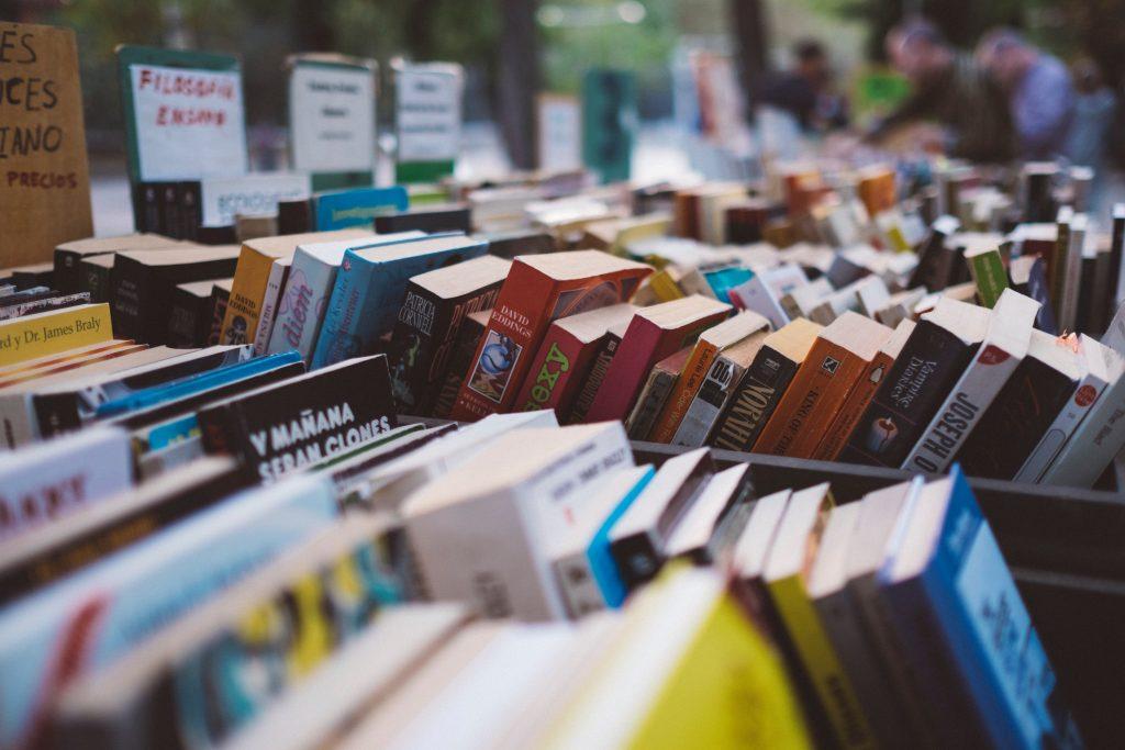 Viele bunte Bücher in Kisten.
