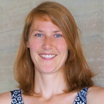 Portrait: Birgit Irrgang lächelt.
